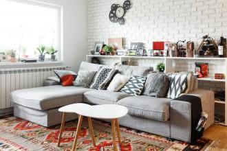 Jak chłodne i nowoczesne mieszkanie zamienić w ciepłe wnętrze?