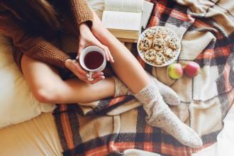 Otul się! Modne koce, pledy i narzuty – ciepłe okrycia i oryginalne ozdoby do pokoju