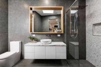 Ciekawe aranżacje łazienki w nowoczesnym wydaniu. Które gadżety są naprawdę przydatne?