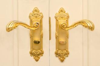 Otwórz, zamknij, przesuń. Niebanalne klamki i akcesoria do drzwi