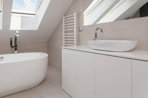 Maleńka łazienka dla całej rodziny? 8 trików, aby optycznie powiększyć pomieszczenie