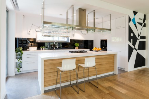Aranżacje wnętrz a kuchnia otwarta na salon. Chwilowa moda czy rozwiązanie problemów małego mieszkania?