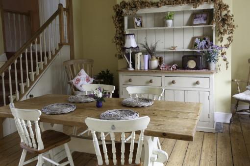 Salon w stylu rustykalnym – jak nadać wnętrzu sielski charakter?