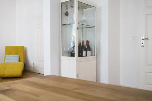 Szklana witryna w salonie – piękne aranżacje ze szklanymi i lustrzanymi meblami!