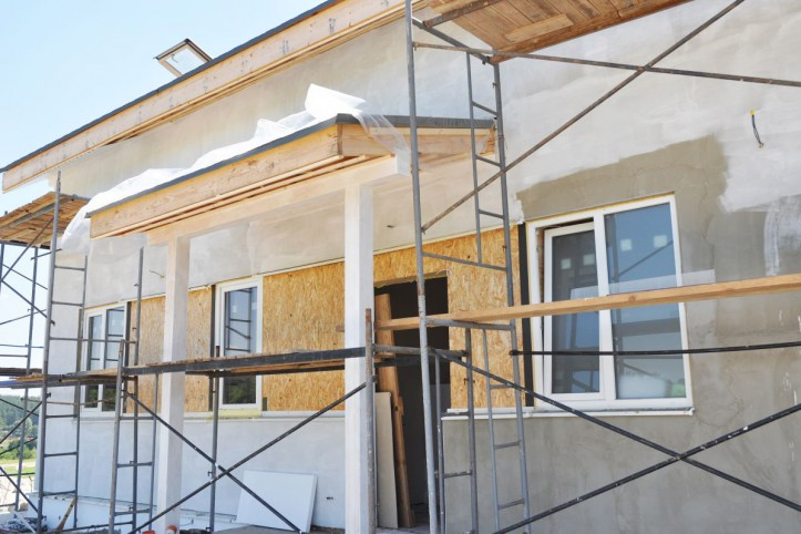 Montowanie drzwi - na którym etapie budowy montuje się drzwi wewnętrzne?