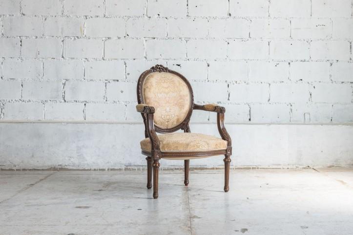 Stare krzesła i ich nowe życie: jak odnowić meble i antyki? Radzimy, gdzie i jak wyszukiwać perełki!