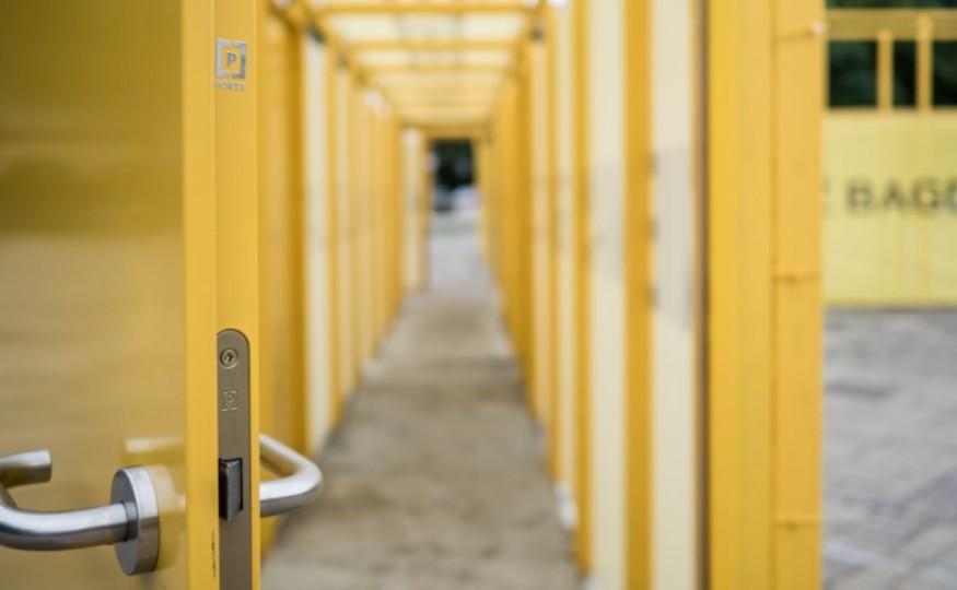 Instalacja Roberta Rumasa – nietypowa aranżacja drzwi