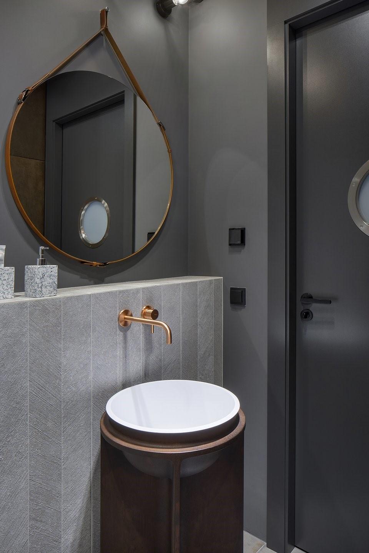 drzwi z bulajem w industrialnej łazience