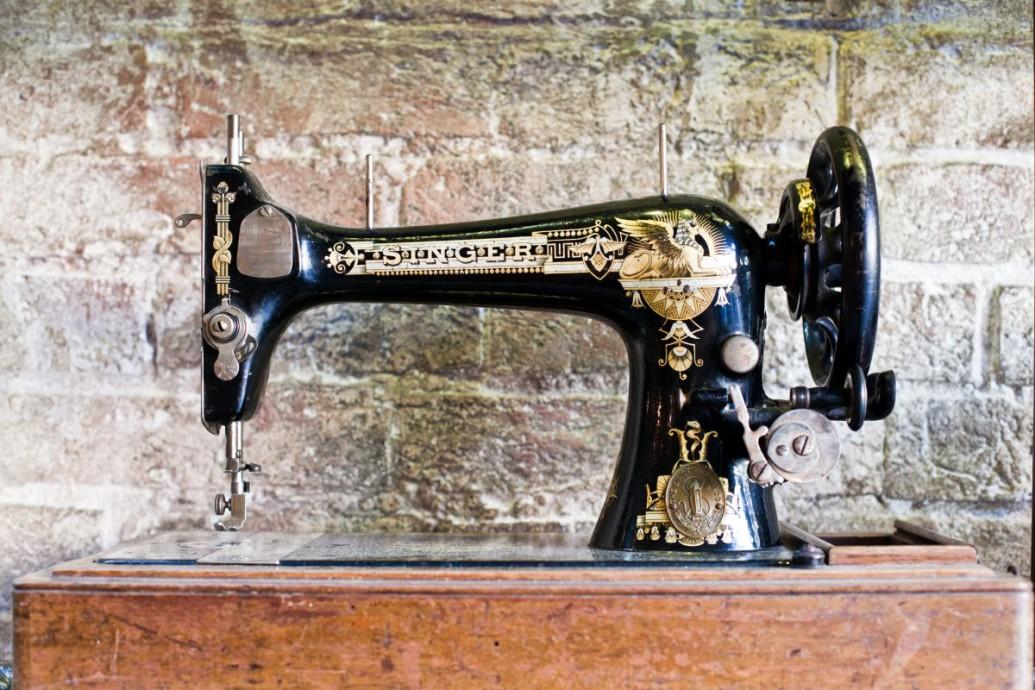 Maszyna do szycia Singer – zabytkowy mebel idealny do wnętrz vintage!
